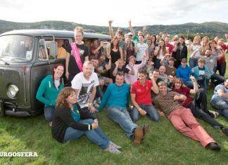 Bus Fest: Record Guinness de personas apiñadas en una camper.