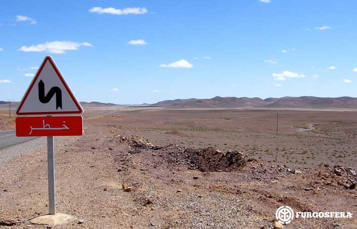 Señal en el desierto de Marruecos
