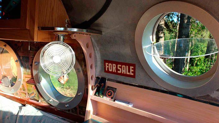 Las ventanas parecen de submarino en la caravana atómica