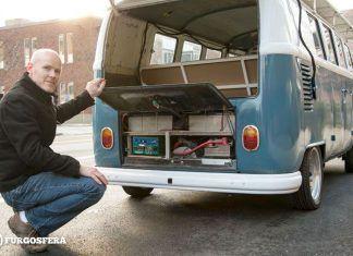 Prototipo de la VWT1 solar, con su creador,Daniel Theobard
